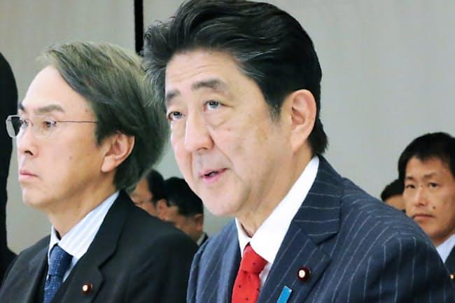 経済財政諮問会議であいさつする安倍首相(1月25日、首相官邸)