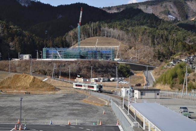 周辺の整備が続く女川駅に到着する石巻線の列車