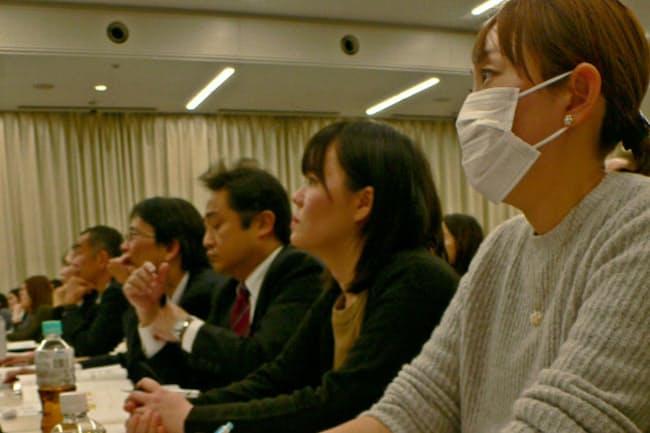 SOMPOホールディングスが1月に開いた育休者フォーラム。4月復帰に備えて当事者と管理職・同僚が一緒に参加し、心得を学ぶ(東京都新宿区)