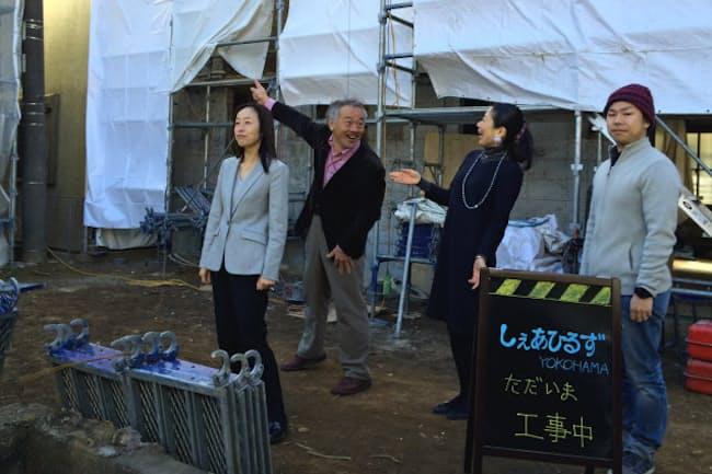 工事中の「しぇあひるずヨコハマ」を視察する荒井さん(右)と入居予定者