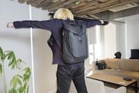 4カ所のサスペンションが負荷を軽減してくれる構造。飛び跳ねるとサスペンションが伸びるというので、実際に見せてもらった(記事中に動画あり)