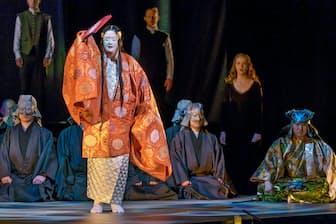 「鷹姫」は能楽観世流シテ方の梅若玄祥(手前)、コーラスにはアイルランドのアカペラグループ「アヌーナ」(後方)が加わった=石田 昌隆撮影
