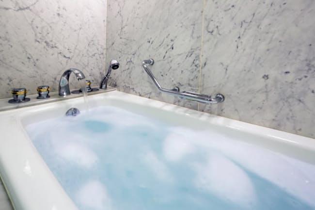 冬場の入浴時の事故死が増えている。急激な温度変化によってカラダがダメージを受けるヒートショックが原因だ。さらに飲酒後の入浴にも危険があるという(c)PaylessImages-123rf