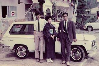 父母と並ぶ大学生時代の高田明氏(左)