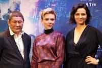 主演のスカーレット・ヨハンソン(中央)とビートたけし(左)、ジュリエット・ビノシュ
