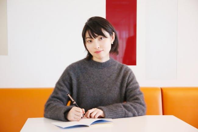 「作詞をする上で万年筆にはすごく助けられている」という家入レオさん