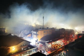 商店や住宅に延焼した新潟県糸魚川市の中心部(2016年12月22日夜)