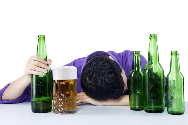 お酒を飲めば飲むほど脳は萎縮していく?(c)ximagination-123rf