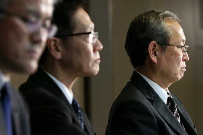 米原発事業に関連する巨額損失について記者会見する東芝の綱川社長(右)ら(2016年12月27日、東京都港区)