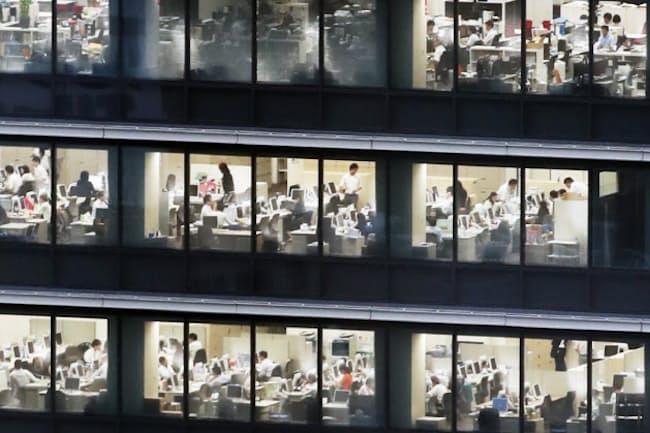 照明がともるオフィスビル(都内)