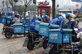 中国ではスマホアプリを利用した様々なサービスが急拡大している(写真は出前サービスの配達員。上海で筆者撮影)
