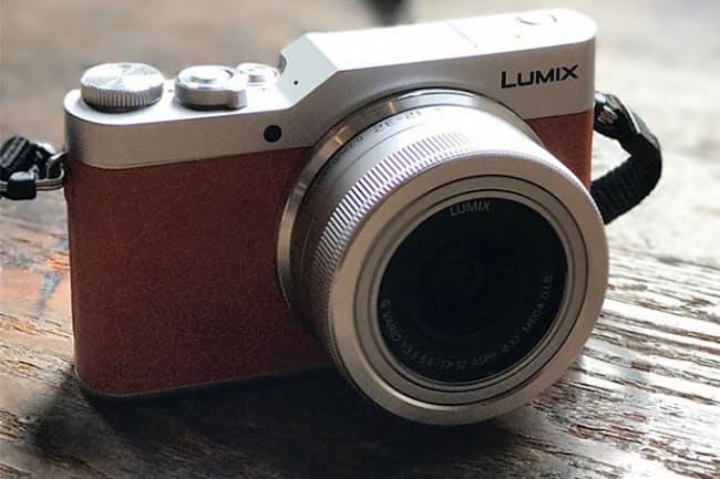 パナソニックが2017年1月に発売した小型ミラーレス一眼「LUMIX DC-GF9」。製品は、薄型の標準ズームレンズと単焦点レンズの2本が付属するダブルレンズキットのみ用意する。実売価格は8万6000円前後