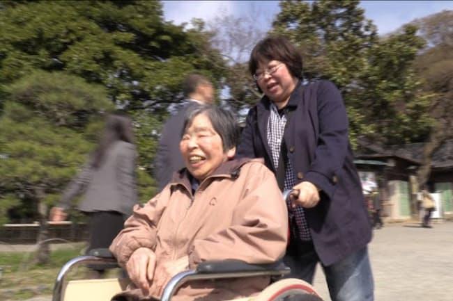 認知症になった母・宏子さん(左)と暮らすため、29年住んだオーストラリアから帰国した関口監督(右) 『毎日がアルツハイマー ザ・ファイナル』より (C)2017 NY GALS FILMS