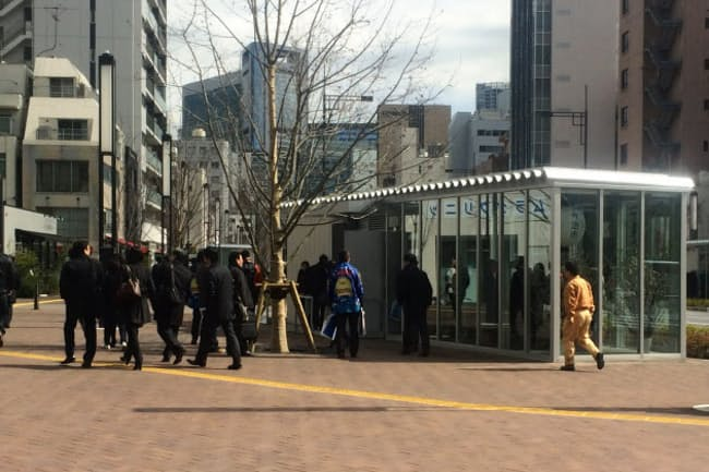 新虎通りの広い歩道上にオープンした、常設の路上マーケット(東京都港区)