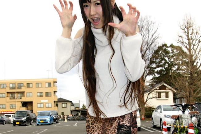 埼玉県内に住む彩菓めぐみさんはヒョウ柄のスカートを楽しむ