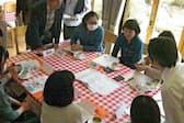 鎌倉市今泉台のいずみサロンで開かれた座談会。「自宅での『仕事』と『家具』に興味・関心のある子育て中の女性にイトーキが話を聴いた。
