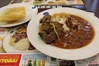 フェジョンとライス、肉料理を添えた一皿。後ろはパステル(群馬県大泉町のカサ・ブランカ)