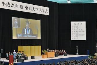 東京大学の入学式で五神学長の式辞を聞く新入生ら(12日午前、東京都千代田区)