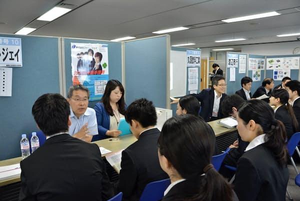 東京商工会議所やハローワークなども、企業説明会を開いて中小の採用を支援する(昨年の様子)