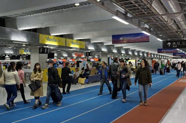 第3ターミナルは平日の午前中もにぎわっている(7日)