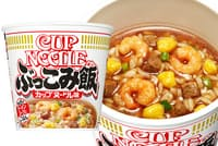 「カップヌードル ぶっこみ飯」(希望小売価格220円)。カップヌードルの味をベースにフライ麺の香ばしい風味を加えたスープに、エビ、スクランブルエッグ、味付き豚ミンチ(通称「謎肉」)などカップヌードルでなじみ深い具材、「カレーメシ」と同じ熱湯調理可能なご飯を合わせている