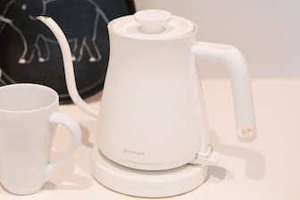 「バルミューダ BALMUDA The Pot」幅26.9×奥行き12.8×高さ17cm 、約600g、1200W、容量600ml、1万1000円/バルミューダ TEL  0120-686-717(写真:小野さやか)