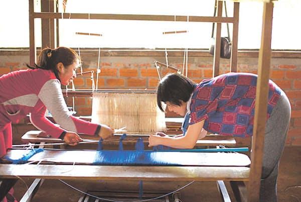 「メコンブルー」はカンボジア女性の自立を支援する非営利組織「SWDC」が立ち上げたシルクブランド