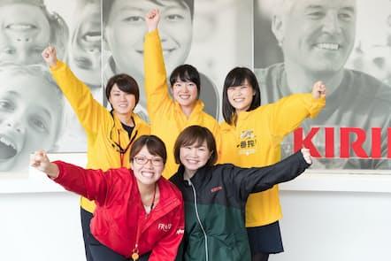 チームメンバーは5人。前列は右から井尻綾夏さん、河野文香さん、後列は右から金田亜弥香さん、加藤ますみさん、樋口麻美さん(写真:吉村永、以下同)