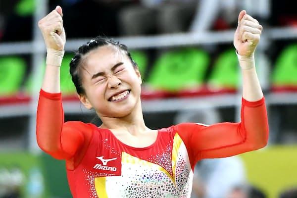 リオデジャネイロ五輪で平均台の演技を終え喜ぶ杉原愛子選手
