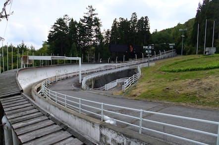 老朽化が進むボブスレー・リュージュの競技場(コースは道路と壁の間)
