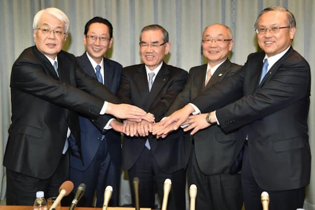 手を合わせる三井住友銀行の国部毅頭取(右端)ら=大阪市中央区、2017年3月3日