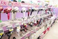ジョーシン浦和美園イオンモール店の理美容品コーナー。ドライヤーの棚が占める割合が大きい