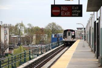 シュラム氏は静かな郊外に引っ越し、電車で通勤するシンプルな生活を送ることで社会復帰を果たした(写真はニューヨークの郊外) =PIXTA