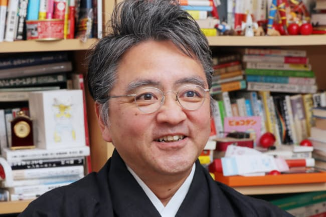 1961年生まれ。京都大学卒業後、郵政省入省。98年退官し渡米、MITメディアラボ客員教授に。2006年から慶応義塾大学教授。クールジャパン、デジタル教科書などに詳しい。