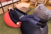 """通称""""人をダメにするソファ""""。縦置きにすれば腰から首までサポートし、寝っ転がるのに最適。リッチに""""2つ使い""""すれば、ほぼベッド!(写真:シバタススム、以下同)"""