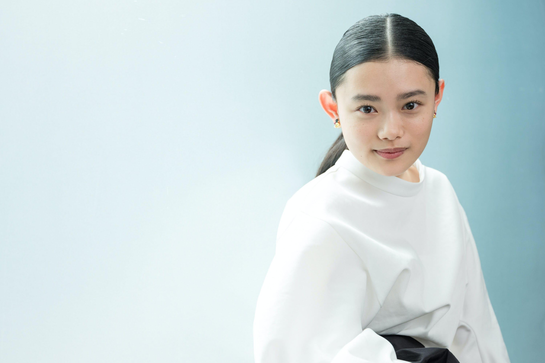 杉咲花、いつもバッグにあるのは「フィルムカメラ」|MONO TRENDY ...