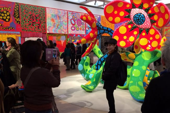 「草間彌生 わが永遠の魂」展で撮影を楽しむ観客(東京・六本木の国立新美術館)