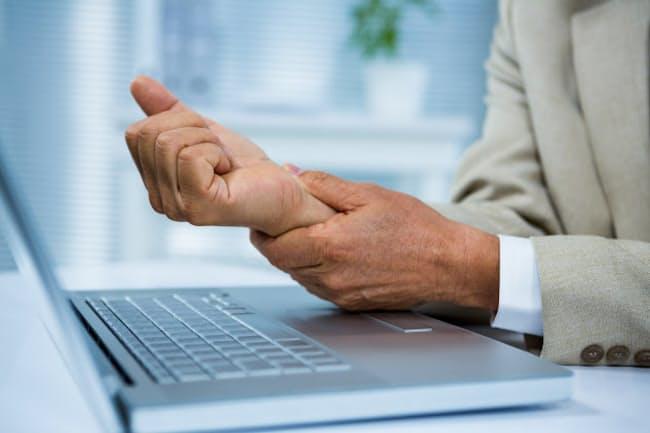 パソコンやスマホを長時間使っていては、腕が疲れるのも当然(PIXTA)