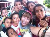 子どもたちと笑顔で「自撮り」するコジマサトコさん(ニカラグア マナグアにて コジマサトコさん提供)