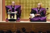 襲名披露公演で「寺子屋」を語る六代目豊竹呂太夫(左)。右は鶴澤清介(4月8日、大阪市の国立文楽劇場)