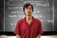 数学者のテレンス・タオは、31歳だった2006年に数学界のノーベル賞といわれる「フィールズ賞」を受賞。天才と呼ばれることには抵抗があるようで、重要なのは「直観と文献、少しの好運に導かれた勤勉な姿勢」だと語る。(Paolo Woods/National Geographic)