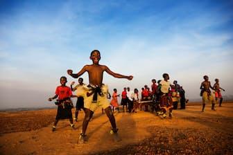 伝統のダンスを披露する子どもたち