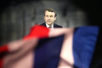 仏大統領選で当選を決め、勝利宣言するマクロン氏(7日、パリ)=浅原敬一郎撮影