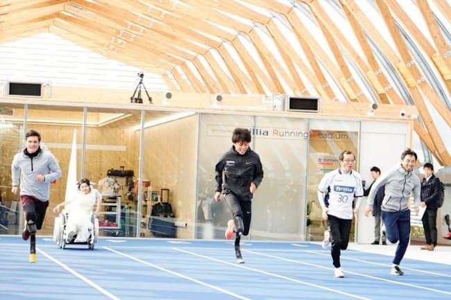義足の人も車いすの人も健常者とともにランニングを楽しめる場を目指している(東京都江東区の新豊洲ブリリアランニングスタジアム)