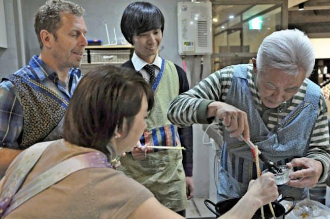 料理から歴史解説、盛りつけ、食前のあいさつまで盛りだくさん。すしのほかに天ぷらコースもある