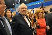自ら率いる投資会社の定時株主総会に臨んだウォーレン・バフェット氏(5月6日、米ネブラスカ州オマハ)