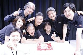 フィンクの設立5周年を祝う同社幹部(右から溝口勇児社長、乗松文夫副社長、南野充則CTO、小泉泰郎副社長ら)