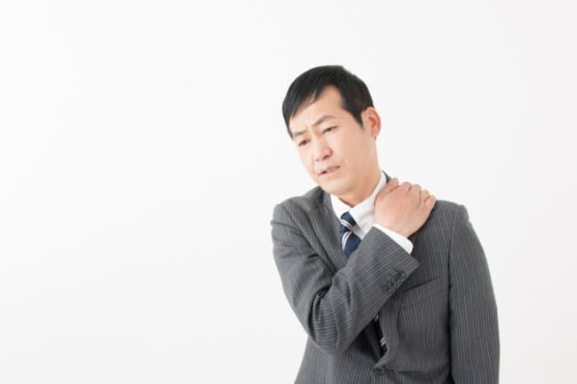 痛みの変化に合わせた「肩甲骨ストレッチ」で可動域を広げる(PIXTA)