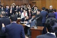 民進、共産などが委員長席に詰め寄るなか、与党などの賛成多数で「共謀罪」法案を可決した衆院法務委(5月19日午後)