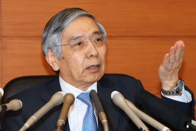 日銀の黒田総裁は2%の「物価安定目標」の達成に強気の姿勢を崩していない(4月27日、日銀本店)